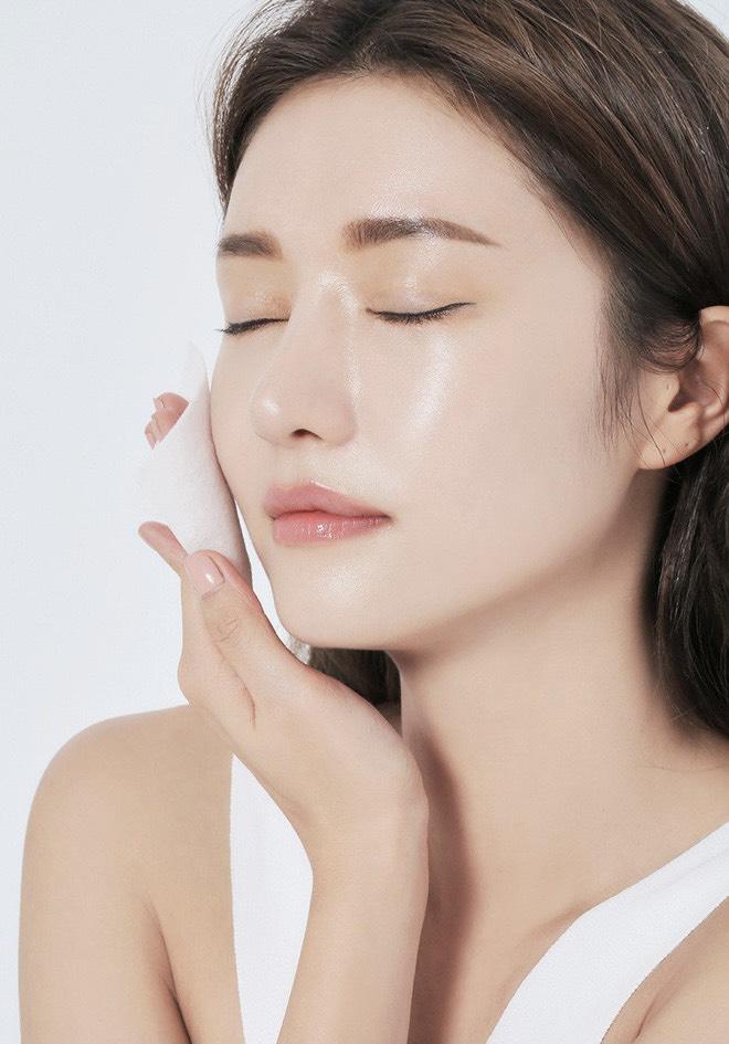 các bước skincare cho da mụn tẩy trang toner